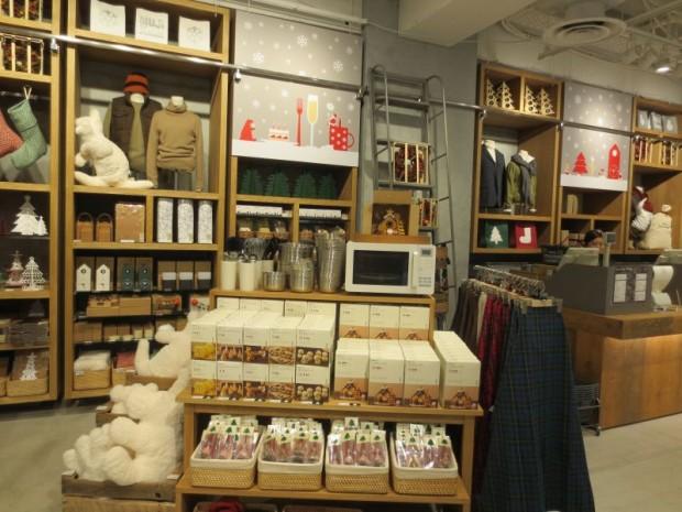 枚方市駅中央口の完成イメージ。良品計画のデザインで、木目調の開放感のある空間が特徴だ(京阪ホールディングス提供)