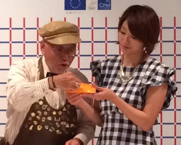 村山重信C.P.Aチーズプロフェッショナル協会名誉会長(左)と同プロフェッショナルの眞鍋かおりさん(右)