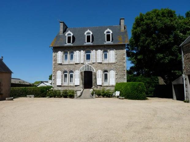 Une de mes amis française préfère vendre sa maison familiale de ST POL DE LEON en Bretagne.