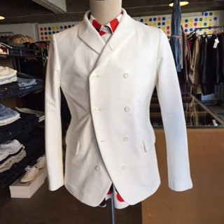 ニットチノのダブルジャケットは襟を立ててボタンで留められるカジュアル仕様、合わせたシャツのドットが楽しいコーディネート。