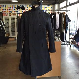 アーミーのスタイルを意識したフォルムポリエステルのコートは、最終フィニッシュで熱を加えフラットに仕上げる加工工程を省いてボリューム感を強調。 同素材のジャケット、パンツもあり。