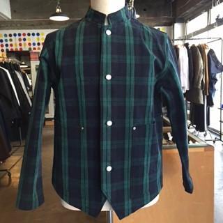 8号の厚手のキャンバスにパラフィン加工をかけ、バイオストーンウオッシュをかけた手の込んだ素材のシャツ。1920年代イギリス鉄道員のワークジャケットからインスパイアさています。